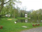 Muzeum Ziemiaństwa w Dobrzycy, fragment parku. W głębi Monopter po renowacji.