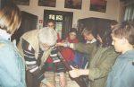 2004 Szymbark - Dworek Mieszczański. wyjmujemy z gabloty eksponat by młodzi mogli go dokłdnie obejrzyć