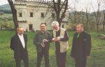 2004 Szymbark - Przed Dworekiem stoją: Kasper Świerzowski - inicjator wystawy. Zbigniew Romaszewski, ja i  Mieczysław Kromanek -  autor artkułu zamieszczonego niżej