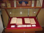 Dwa odbicia Ustawy Rządowej z formułąmi oblaty, ten z lewej z podpisem i pieczęcią