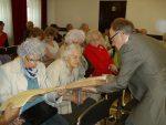 Błonie 25 kwietnia 2014. Panie oglądają faksymile Ustawy Rządowej, obok Roman Nowoszewki prezentuje oryginał - oficjalny dokument Konstytucji 3 Maja.