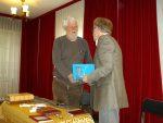 Błonie 25 kwietnia 2014. Roman Nowoszewski wręcz mi publikację o Towarzystwie Przyjaciół Ziemi Błońskiej.